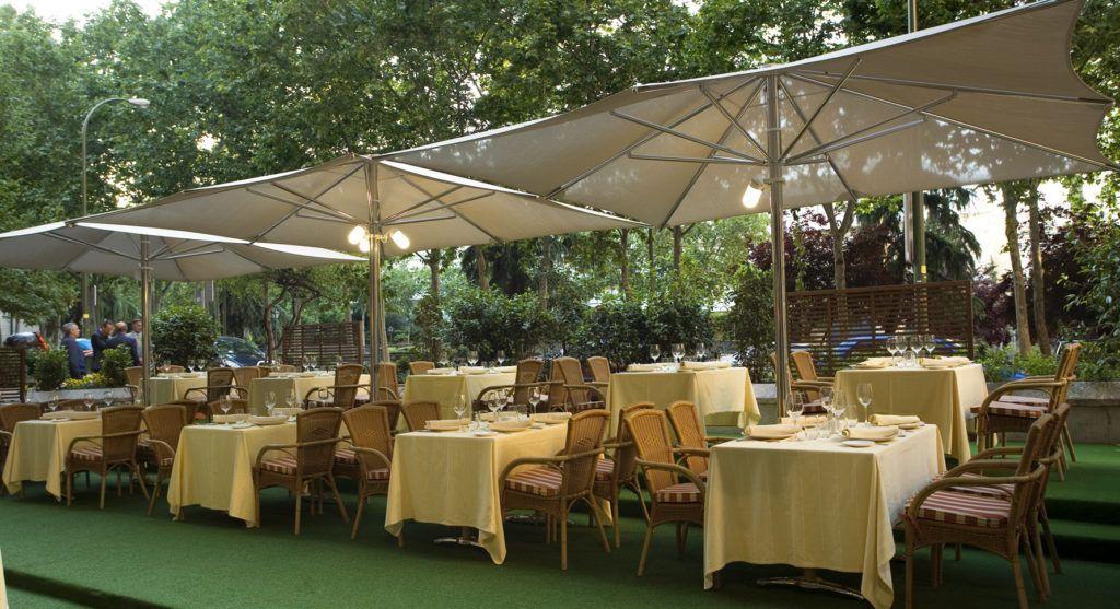 Las mejores sombrillas para decorar un negocio for Sombrillas terraza