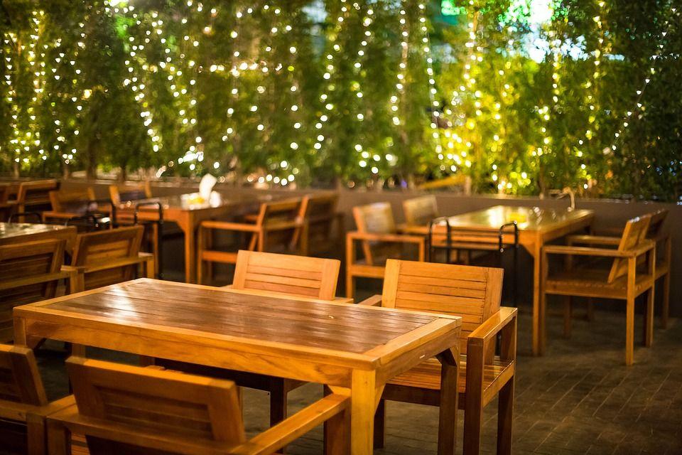 Terraza con mesas en un bar