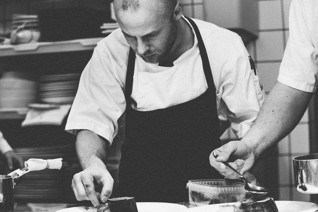 Chef en una cocina profesional