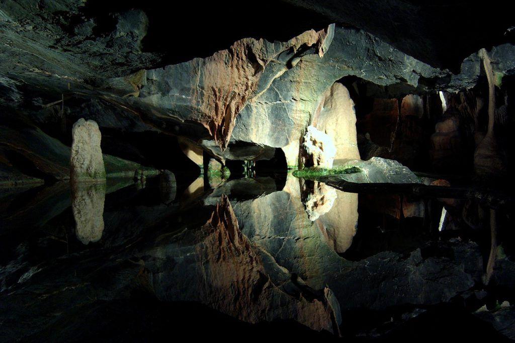 Cena en una cueva natural