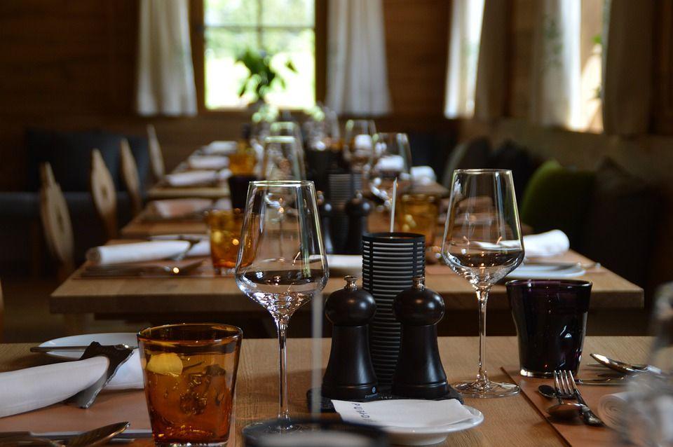 Mesas de estilo vintage en un restaurante