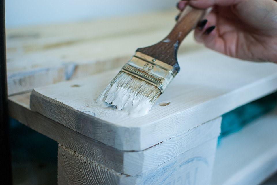 Pulir el mueble para un acabado perfecto