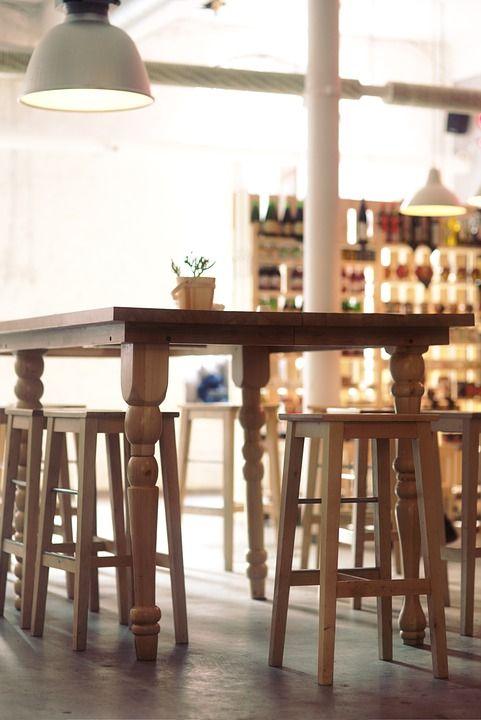 Taburetes minimalistas en madera