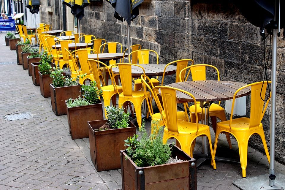 Mobiliario de terraza en amarillo