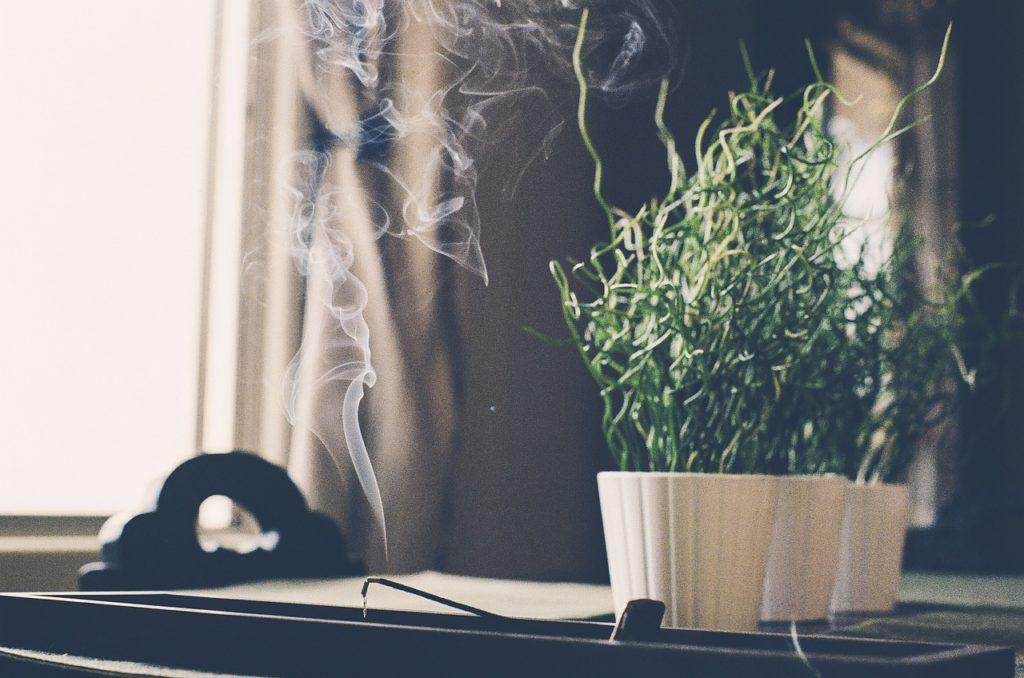 Uso de velas o incienso para decorar espacios zen