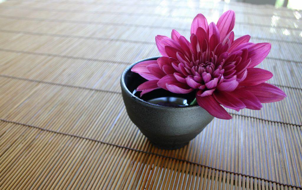 Se usan materiales naturales como madera o bambú
