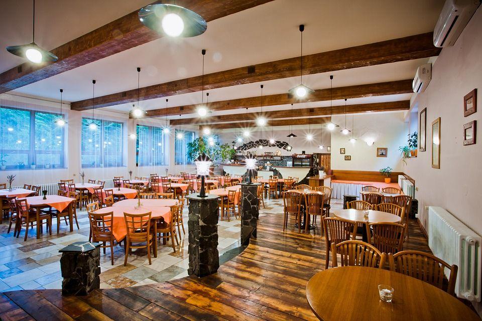 Restaurante con espacio para mesas