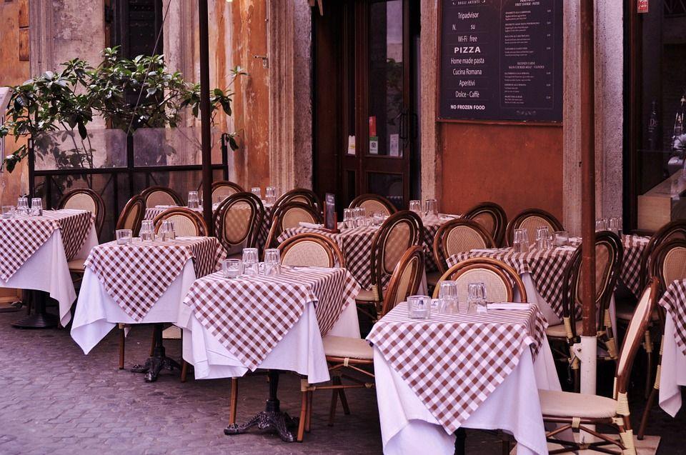 Organizar las mesas de un restaurante