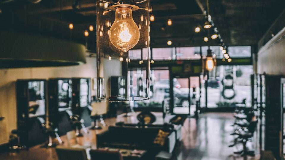 Una buena iluminación puede dar mucha amplitud a tu local