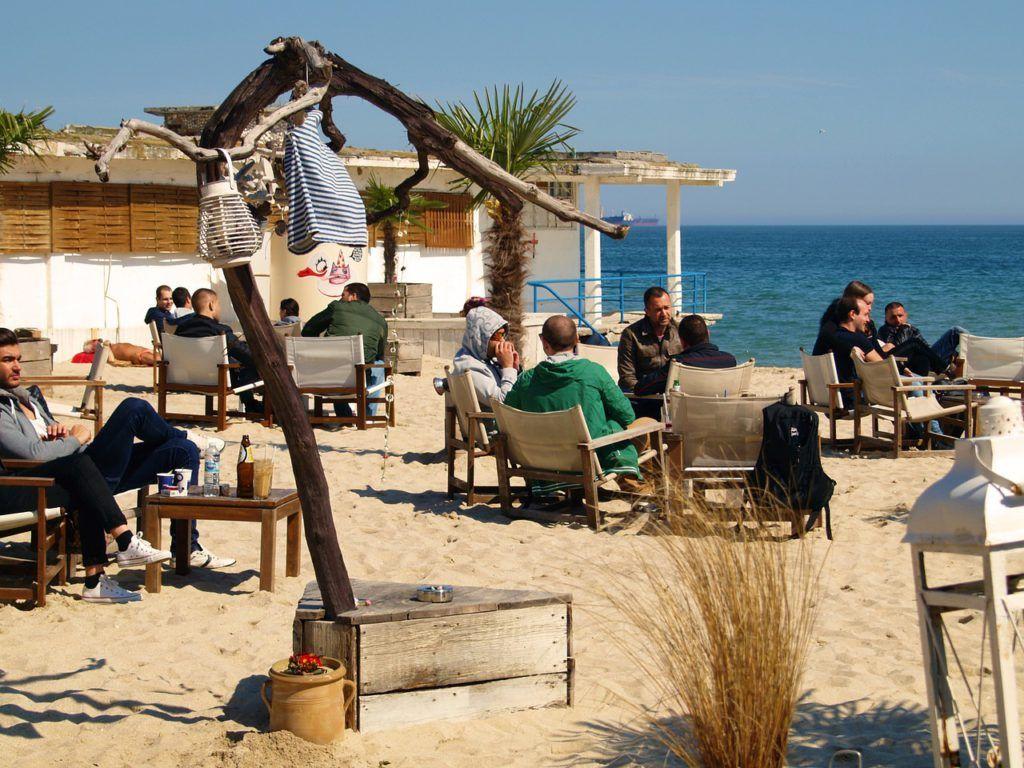 Chiringuito con terraza en la playa