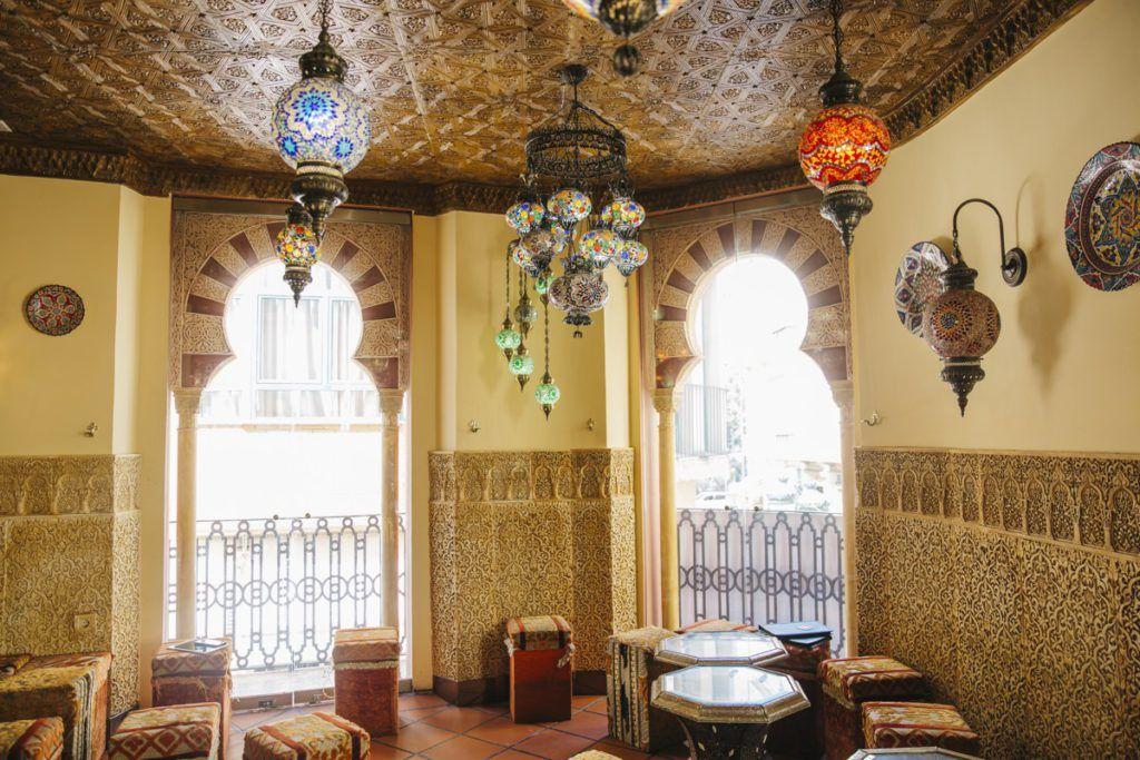 Decoración y mobiliario para un restaurante árabe