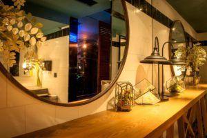 Grandes espejos sobre una pared para dar sensación de profundidad