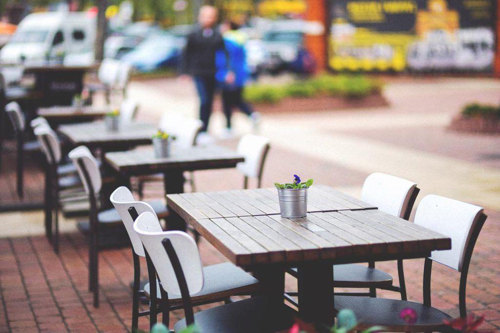 Mesas en la terraza de un bar