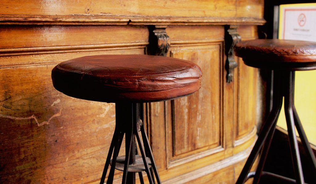 Taburetes estilo industrial para bares