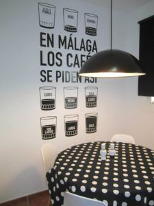Vinilo decorativo de una cafetería simulando la forma que se piden los cafés en Málaga