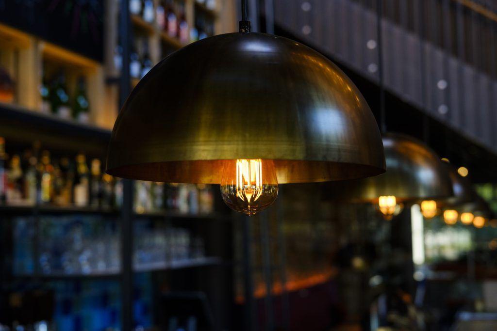 Lámpara colgante con bombilla grande