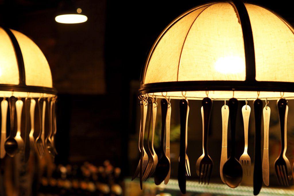 Lámpara colgante con cucharas