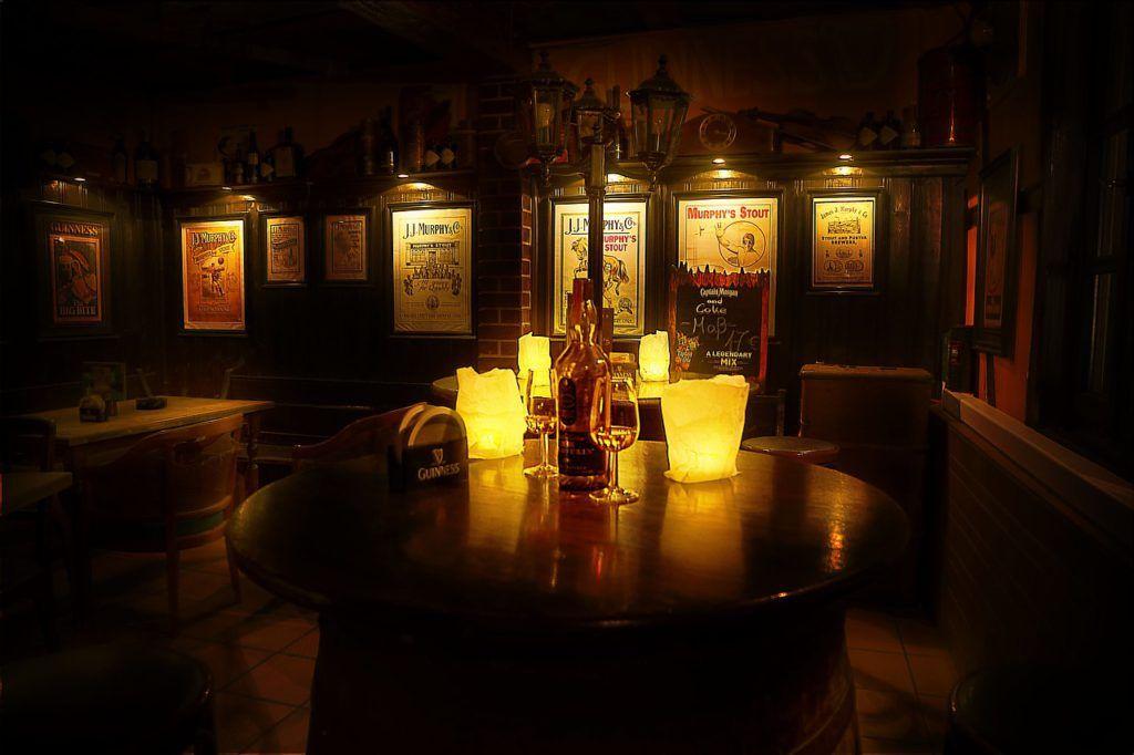 La iluminación es un elemento que puede realzar el mobiliario de tu pub.