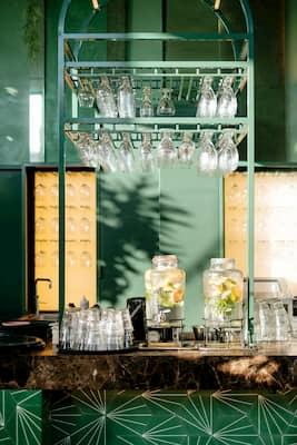 decoración de bares pequeños de forma alegre