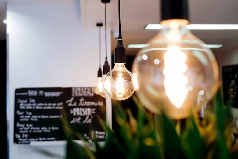 decoración de bares pequeños iluminación