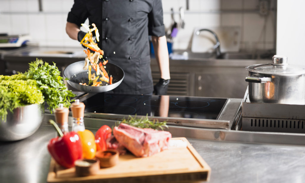 cocinero salteando verduras