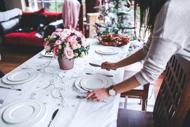 Mesa de restaurante con centro de rosas