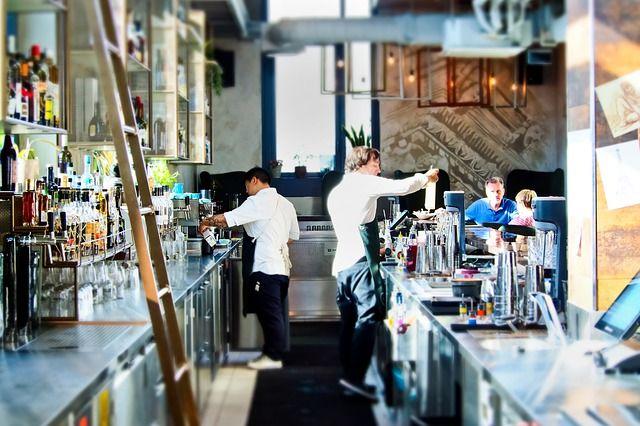 camareros en la barra de un bar
