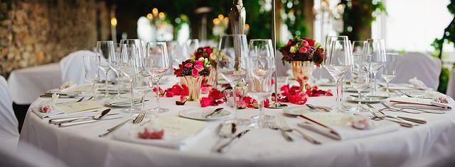 Mesa de restaurante con flores