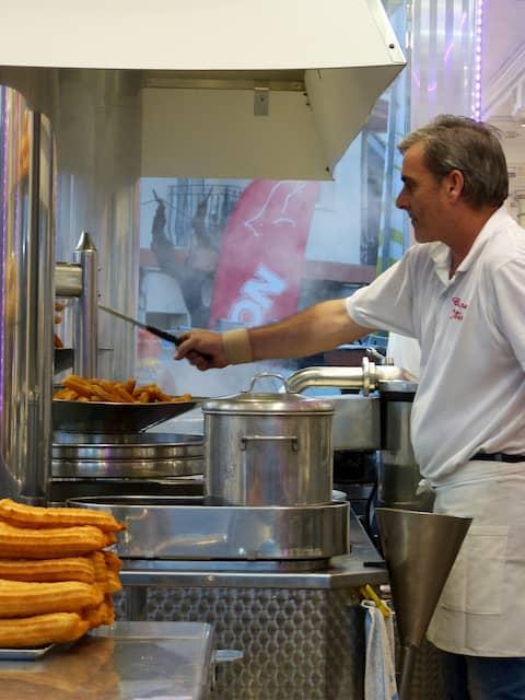 churrero cocinando en una churrería