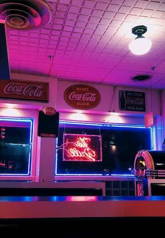 Iluminación para decorar un bar con estilo americano