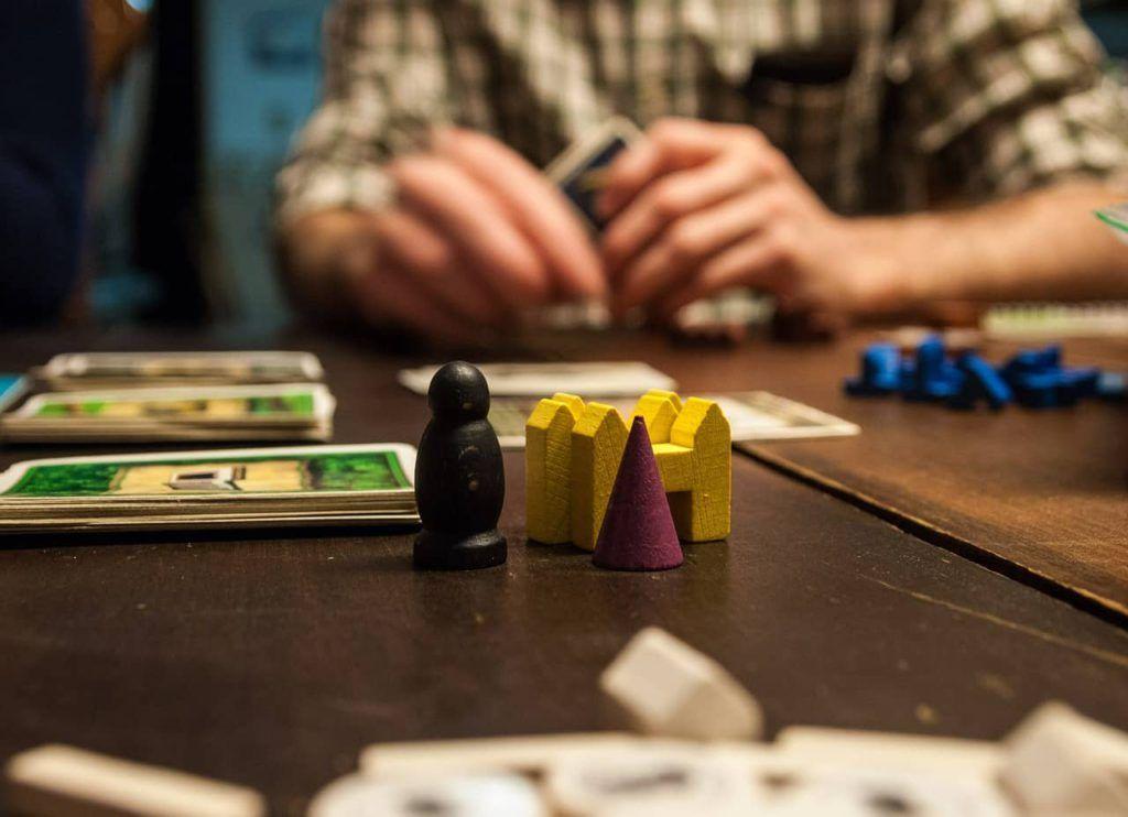 juegos y actividades para atraer clientes cartas y juegos de tablero