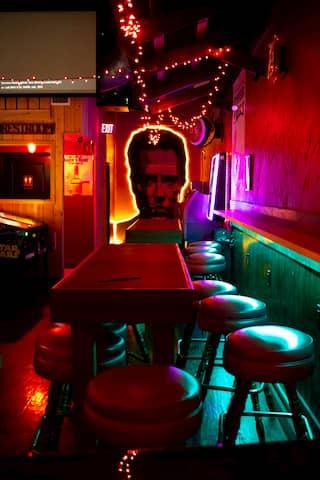 Taburetes y mesas de estilo americano para un restaurante o bar