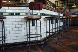 asienstos estilo industrial para barra de bar