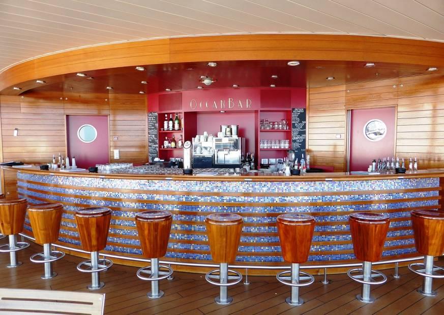 barra de bar lujo asientos madera brillante