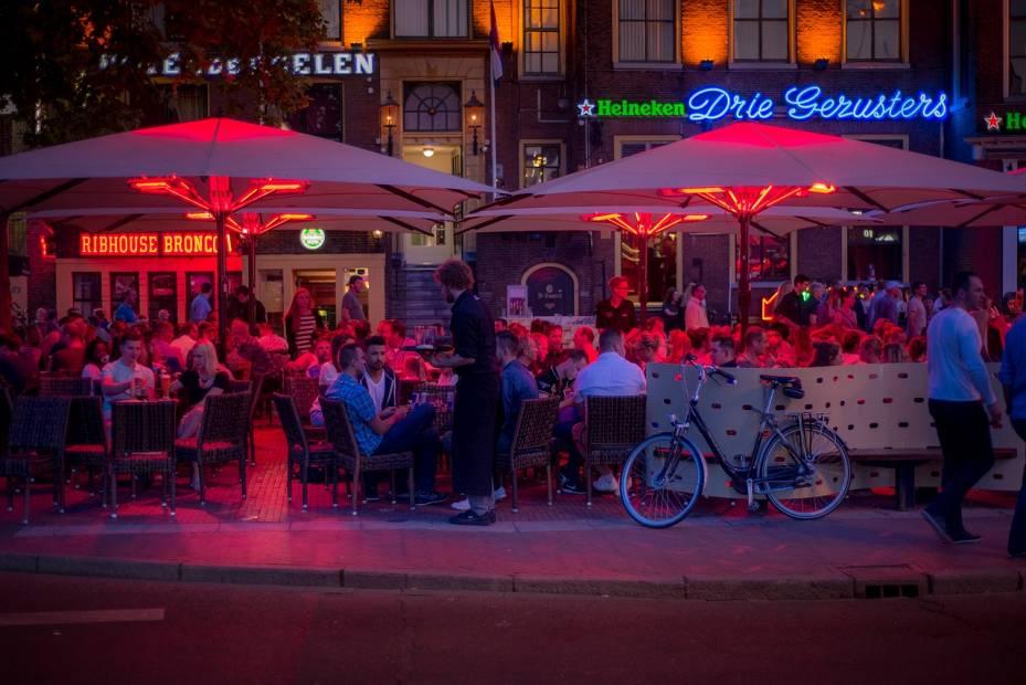 coopera con negocios cercanos para atraer mas clientes a tu bar