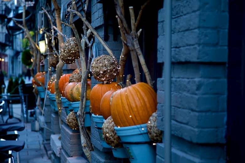 decoración exterior restaurante para halloween