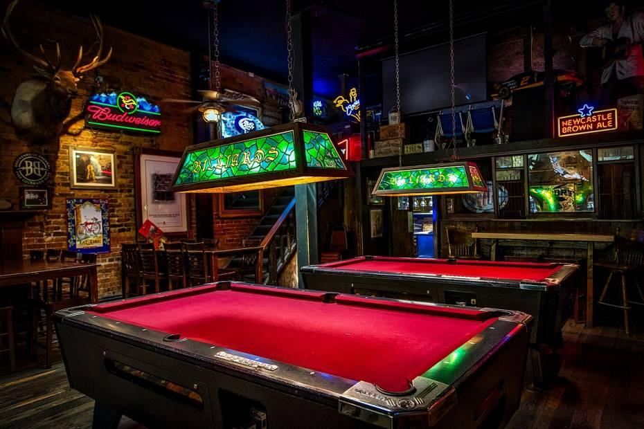 incorpora juegos y entretenimiento para atraer clientes a un bar