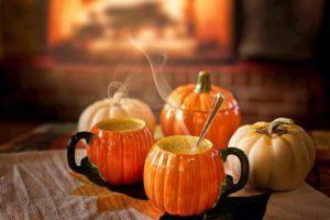 tazas de calabaza para decorar un bar en halloween