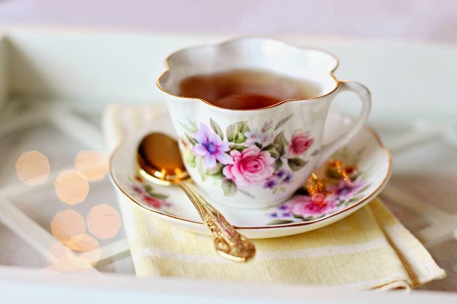 vajillas y tazas para la decoración de pastelerías vintage