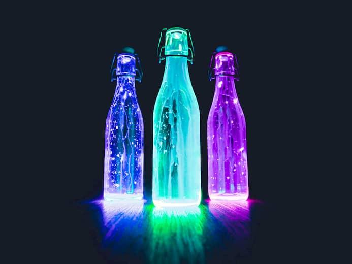 botellas iluminadas para decoración navideña en bares y pubs