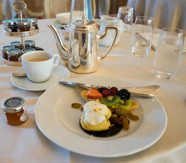 montar la mesa para el desayuno en bares y restaurantes