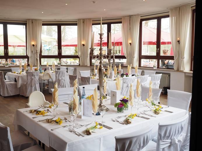 decoración de restaurante con colores blancos
