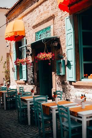 pintar ventanas y puertas de restaurante de color verde