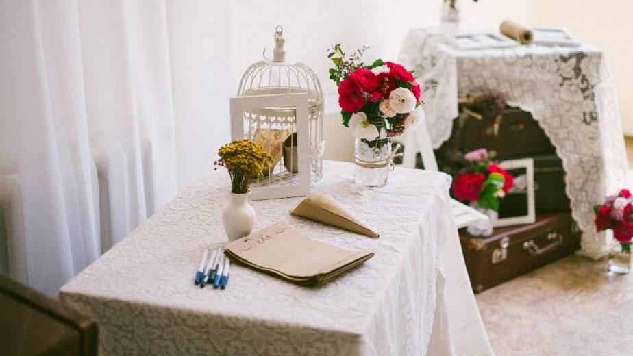 Accesorios de decoración de estilo romántico en habitaciones de hoteles