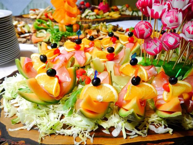 Adorna un buffet de hotel con frutas con formas