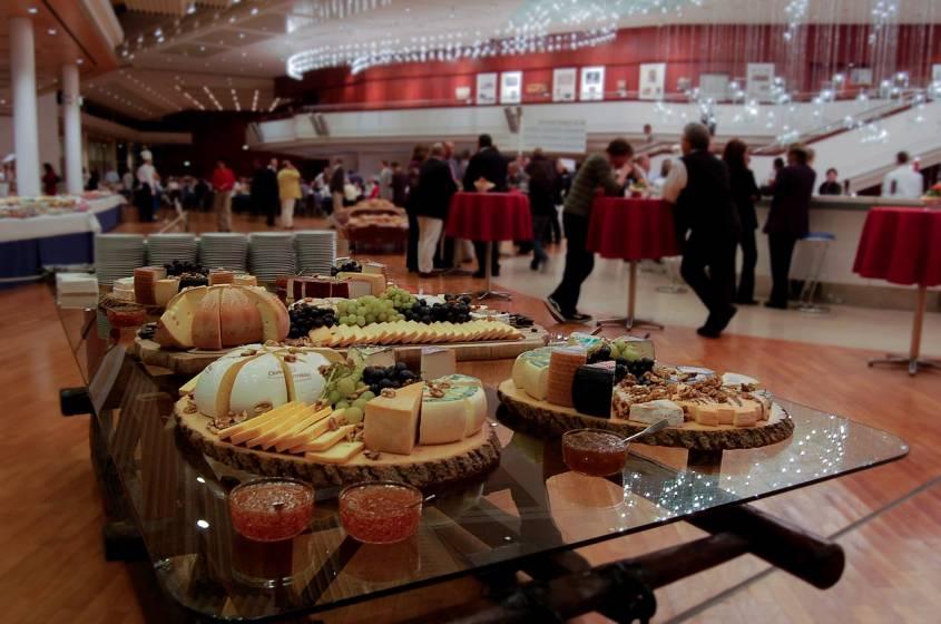 Decora tu buffet con platos y bandejas de madera