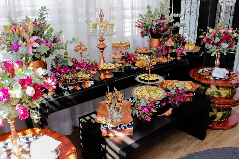 Decorar el buffet de un hotel con plantas naturales y flores
