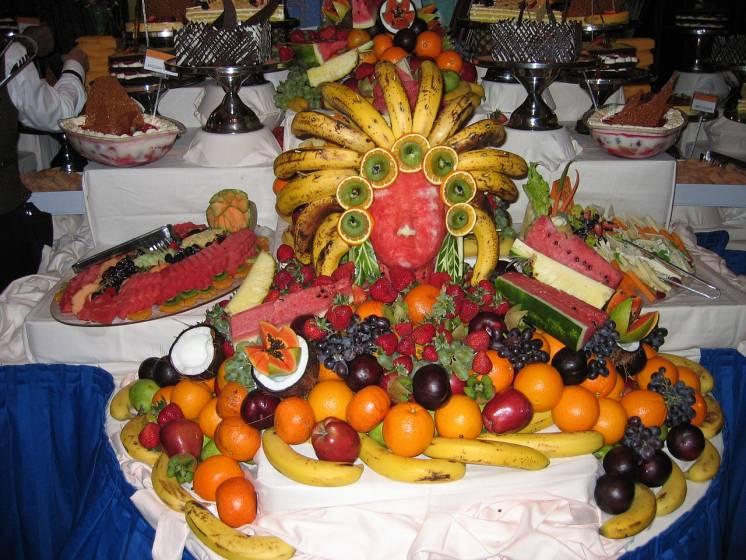 Figuras y formas con frutas para decorar un buffet de hotel