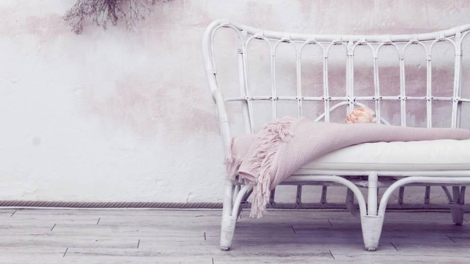 Mobiliario de colores claros para decorar la habitación de un hotel con estilo de romanticismo