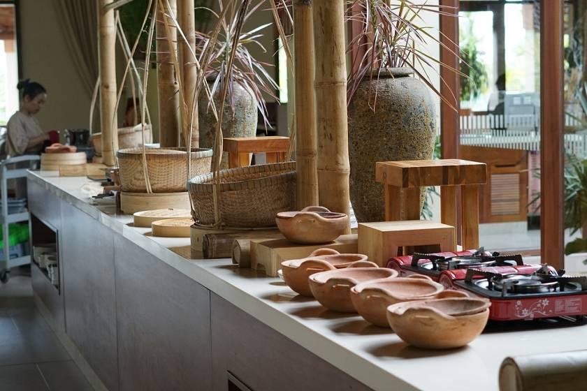 Presentación de un buffet con recipientes de madera